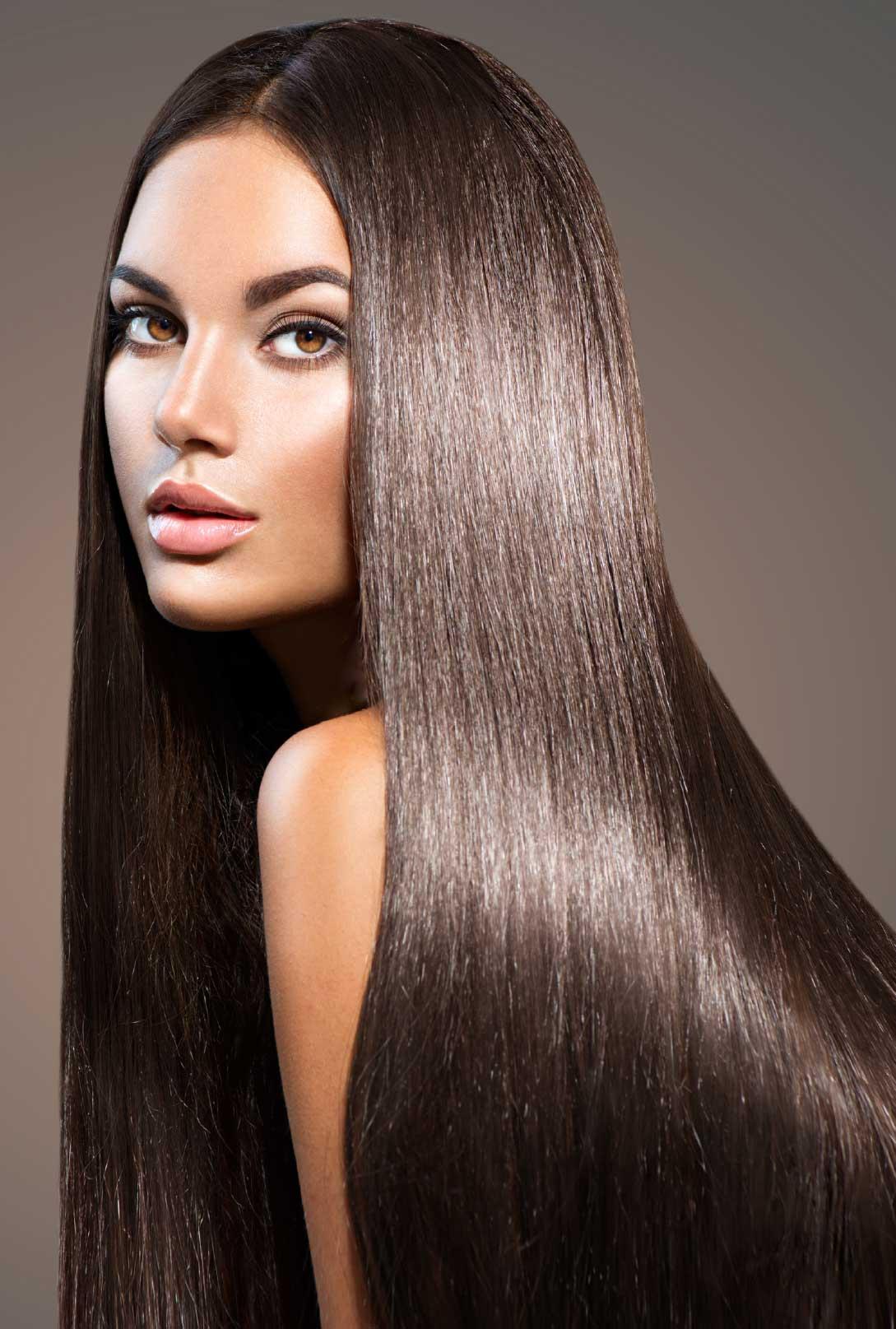 smeđa duga ravna kosa nakon tretmana Kosta hair proizvodima